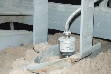 Online moisture measurement of titanium oxide in a screw conveyor